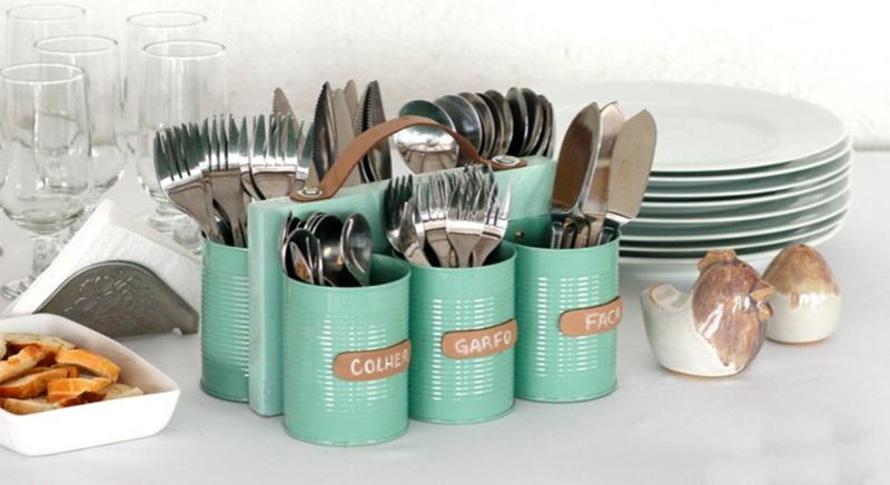 Из старых консервных банок, покрашенных в модный цвет тиффани, можно сделать подставку под столовые приборы