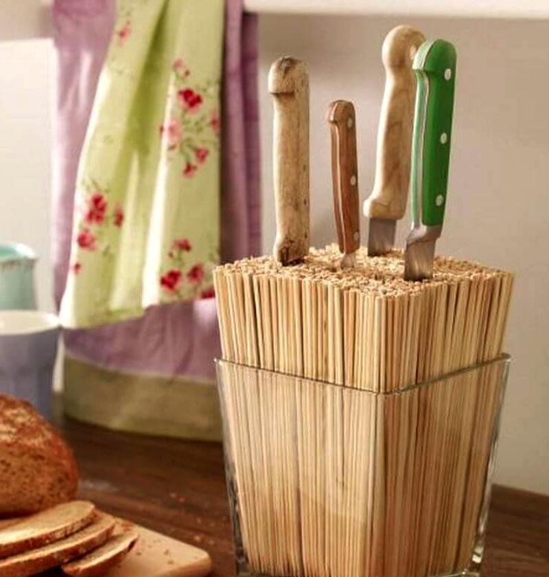 Если ёмкость заполнить шпажками или цветными спагетти, в них можно хранить ножи