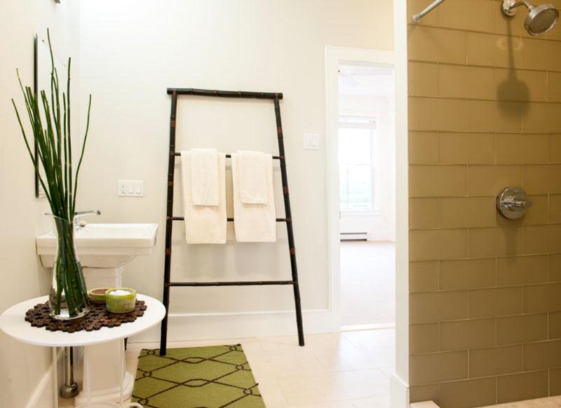 Лестницу можно приспособить под полотенца, а из винных пробок получится отличная декоративная подставка под вазу