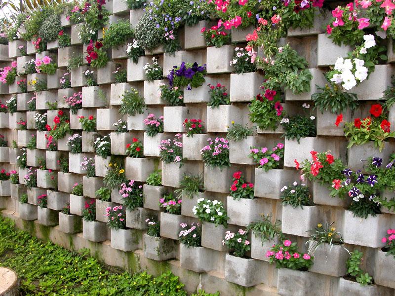Многофункциональный забор из шлакоблоков можно использовать в качестве цветника