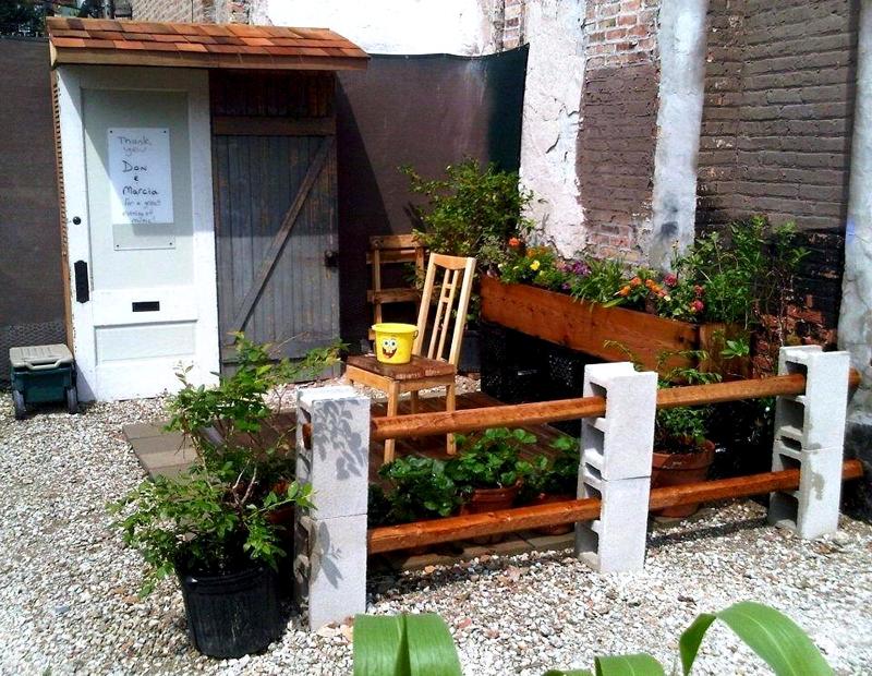 Отгородить уютный уголок можно декоративным забором из бруса и шлакоблоков