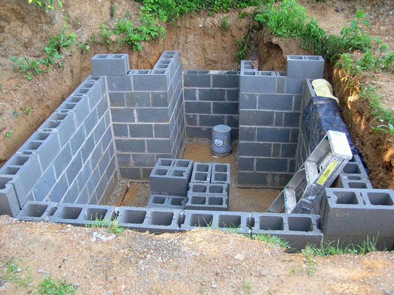 Шлакоблок тоже неплох для стен погреба – в пустоты можно засыпать керамзит в качестве утеплителя