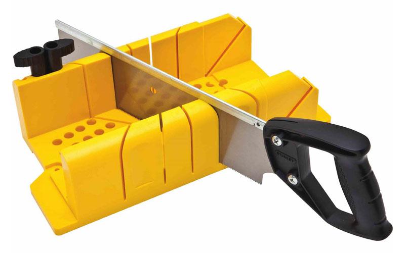Так выглядит стусло с ножовкой – очень удобно для распила под определённым углом