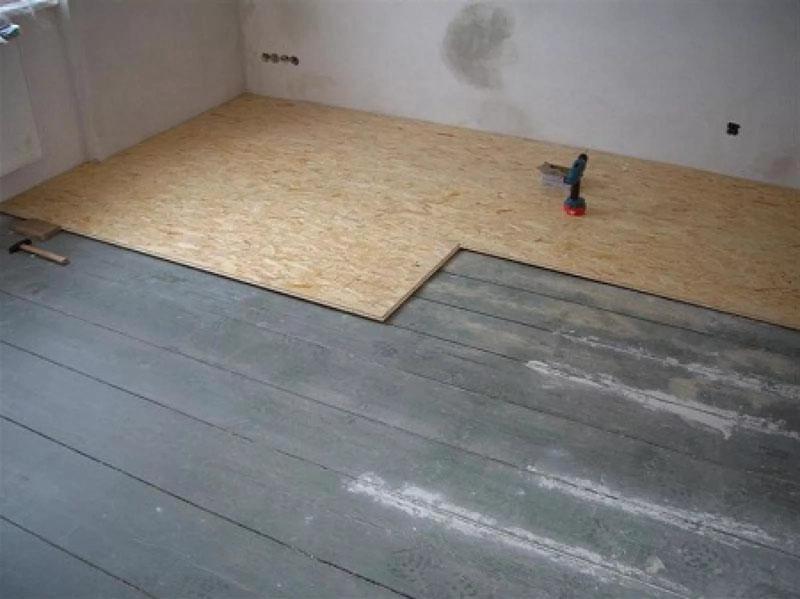Деревянный пол можно выровнять при помощи фанеры или ОСП