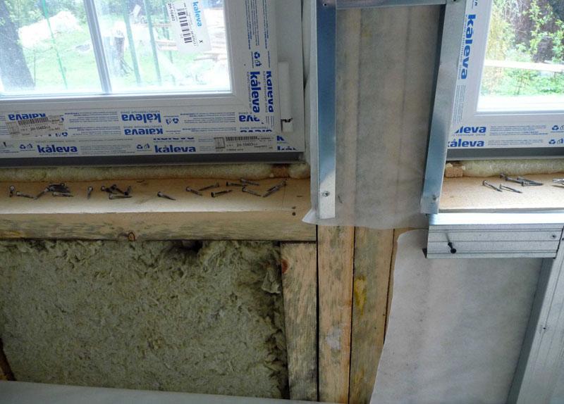 Окна и двери каркасных домов монтируются до начала внутренней отделки