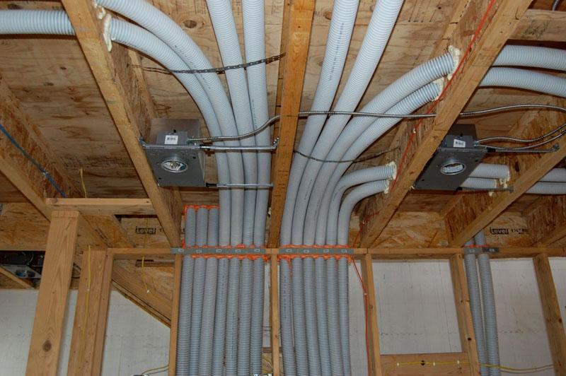 Все коммуникации в каркасном доме прячутся под потолок, в стены, под пол