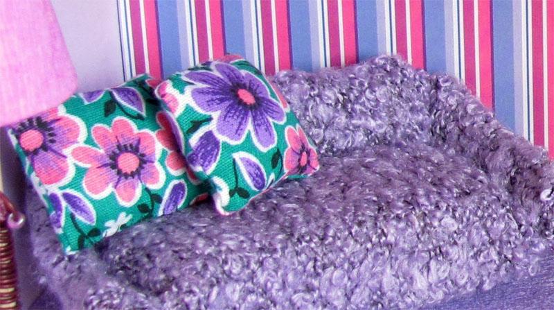 Для набивки дивана и подушек используют любой наполнитель, это могут быть даже обрезки материи. Все детали сшивают вручную