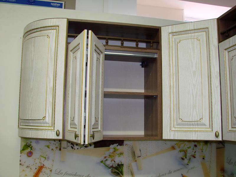Ещё один интересный вариант – раздвижные складные дверцы. Такие монтируются только на не слишком широкие шкафчики