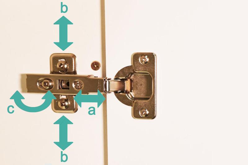Регулировку дверей произвести несложно. Фото представлено для примера, конфигурация петли может отличаться