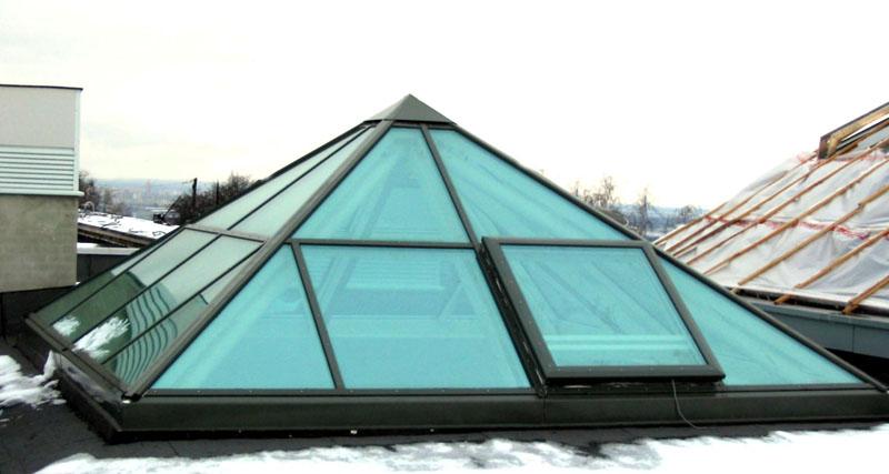 На подобных «пирамидах» также скапливается снег и они становятся бесполезны. Но остекление с обогревом здесь «вылетит в копеечку»