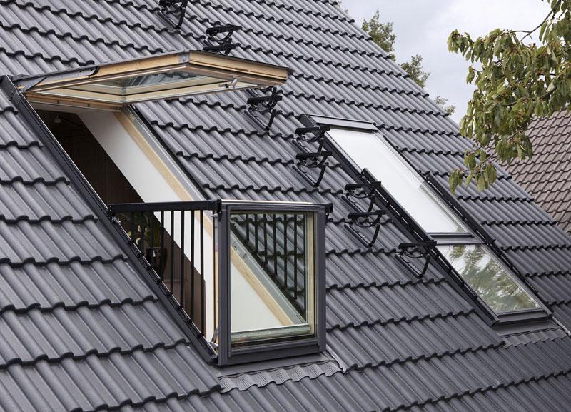 Иногда мансардное окно может легко превратиться в балкон
