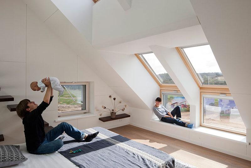 Мансардное окно – это не всегда небольшое окошко где-то высоко. Такие окна вполне могут быть достаточно просторными