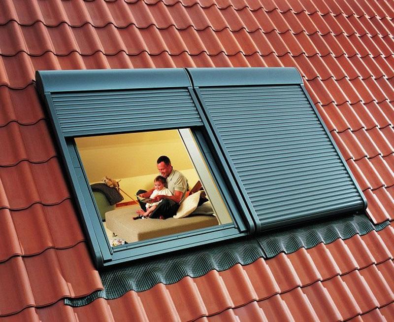 Существуют варианты автоматических мансардных окон. Они оборудованы специальным электроприводом, который поможет закрыть жалюзи на окнах, не вставая с постели и не отвлекаясь от занятий с ребенком или чтения