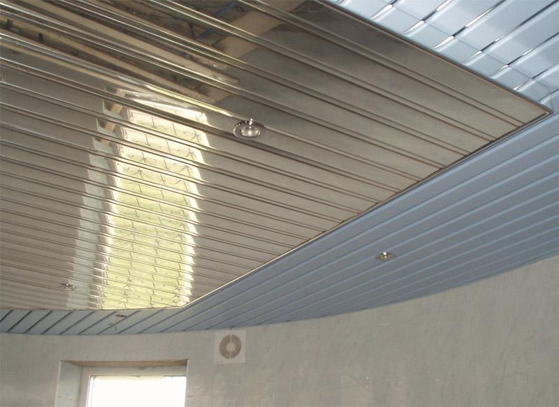 Металлический реечный потолок для ваннойпредварительно обрабатывают антикоррозийными составами