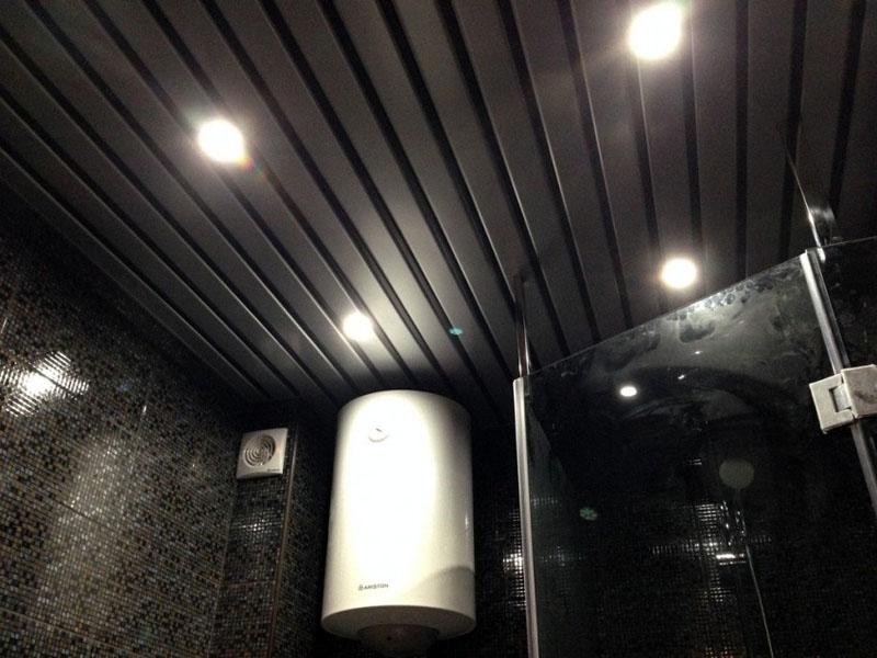 Реечные потолки можно подобрать под любое оформление ванной