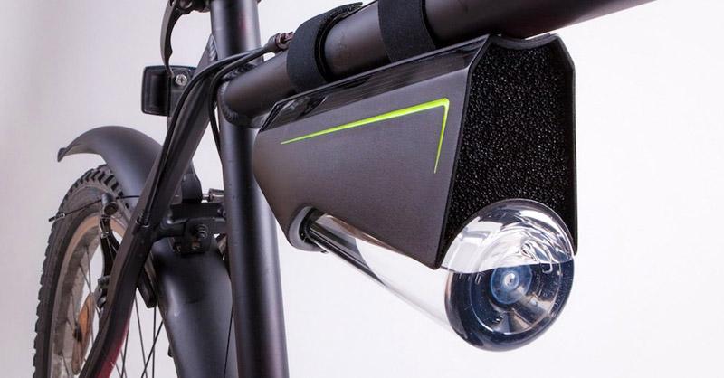 Бутылка крепится к раме велосипеда, а пористая поверхность всегда остаётся «в свободном» доступе для воздушных потоков