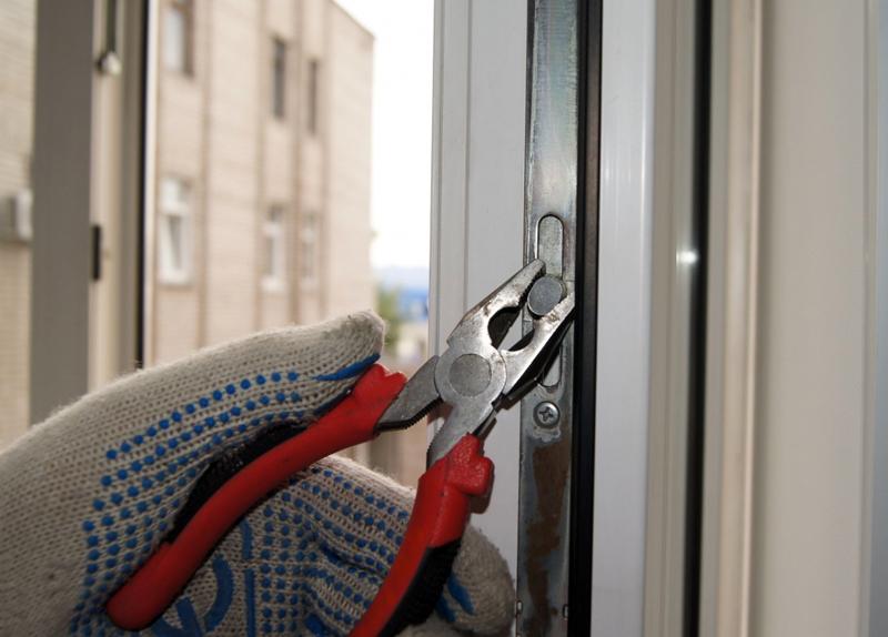 Регулировка окна на зиму предусматривает высокий уровень прижима, а на лето – низкий уровень
