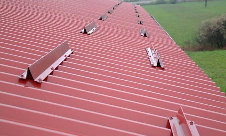 установка снегозадержателей на крыше из металлопрофиля