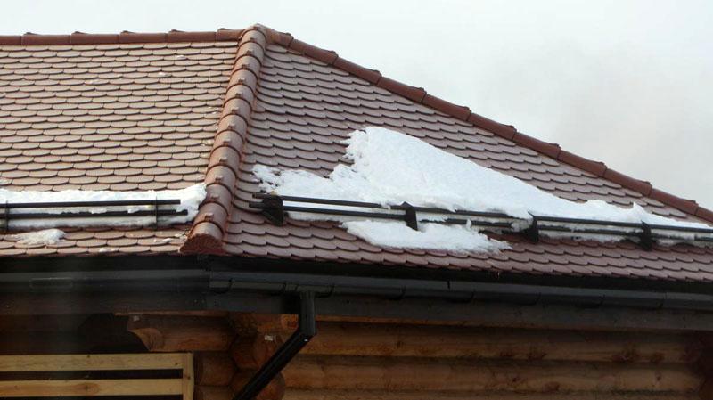 Вот так медленно снег проходит под устройством, не падая вниз большой глыбой