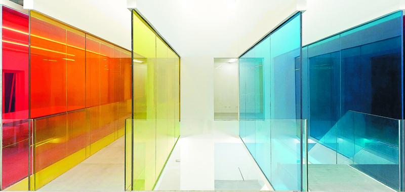 Окрашивание происходит с помощью специальных цветных красителей, которые не влияют на прочность стекла
