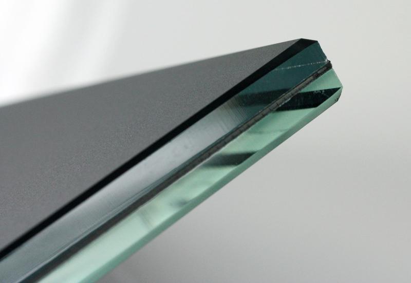 Современные триплексы так и называются триплексами, что в их структуре три стеклянных слоя: двух стёкол со специальной полимерной плёнкой между ними, которая вплетается в их структуру под воздействием высоких температур и прессования
