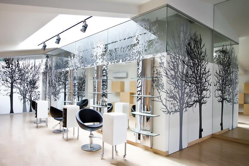 Такое стекло обладает хорошей способностью пропускать свет, поэтому используется для остекления жилых, коммерческих и офисных помещений