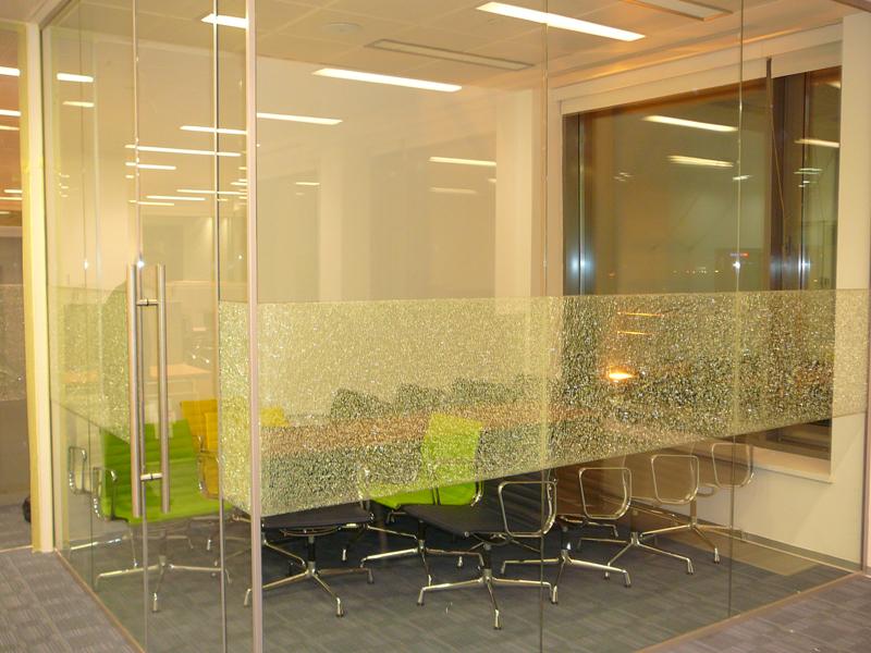 Многослойное стекло применяют при остеклении офисов, квартир и домов благодаря хорошей тепло- и звукоизоляции