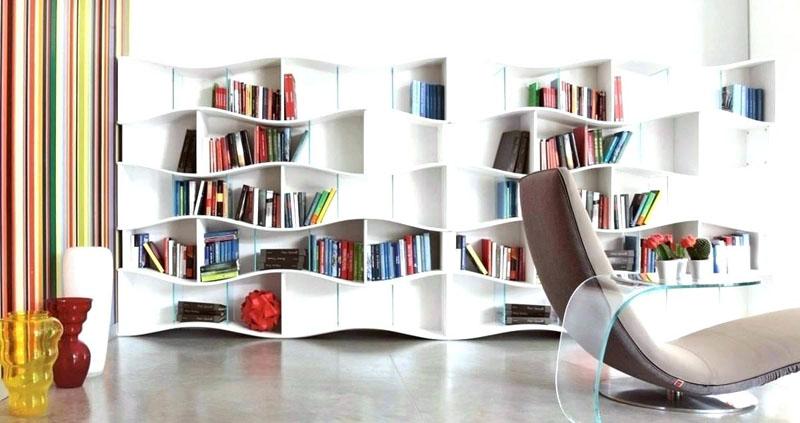 Стеллаж должен вписываться в общее оформление пространства и подходить по стилю