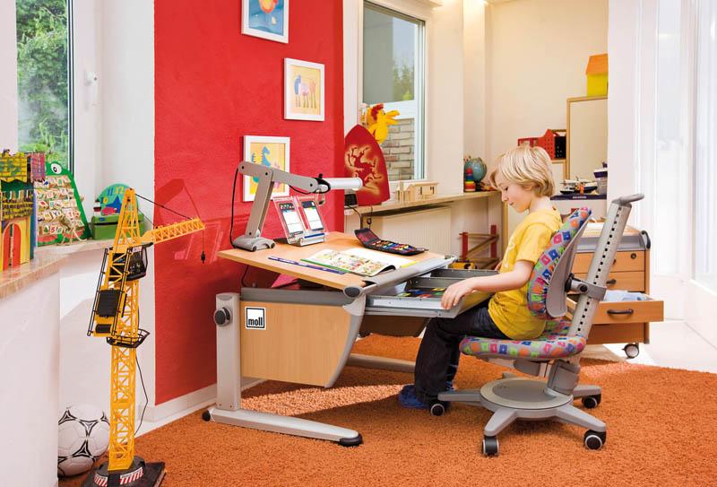 Кшкольному стулу для доманеобходимо купить специальный стол-трансформер, который будет расти вместе с ребенком