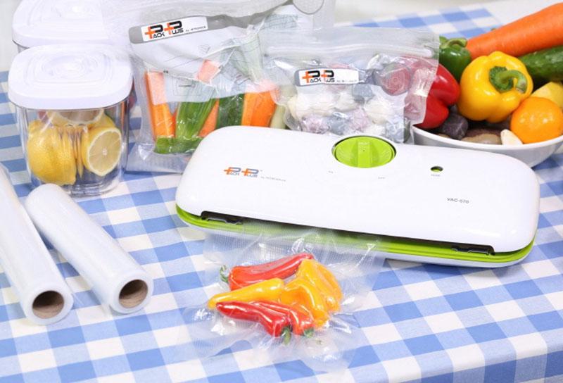 Продукты можно упаковать в мешки, плёнку или специальные контейнеры, откачав из них воздух