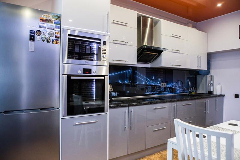 Микроволновая печь – один из самых универсальных приборов на кухне. Они подойдут к любому интерьеру по габаритам и функционалу