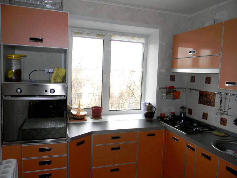 Встроенная кухня позволяет экспериментировать с размещением рабочих зон и создавать новые там, где раньше свободные площади не использовались