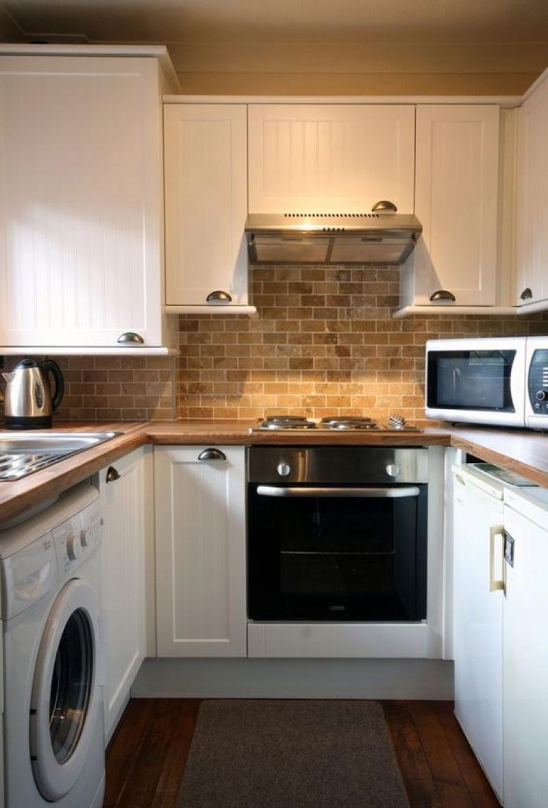 Чем компактнее кухня, тем дешевле будет стоить мебель, но дороже техника. Ведь компактные приборы зачастую менее бюджетные, чем стандартные образцы