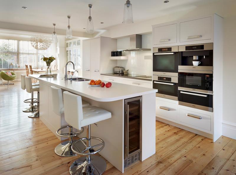 Кухня с прямой планировкой — самой недорогой вариант кухонного гарнитура. Угловые модели стоят дороже, но они вместительнее и функциональнее