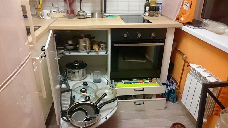 Варочные плиты могут располагаться как совместно с варочными поверхностями, так и в удалении от них; быть частью функционального «пенала» из приборов, или занимать отдельное пространство