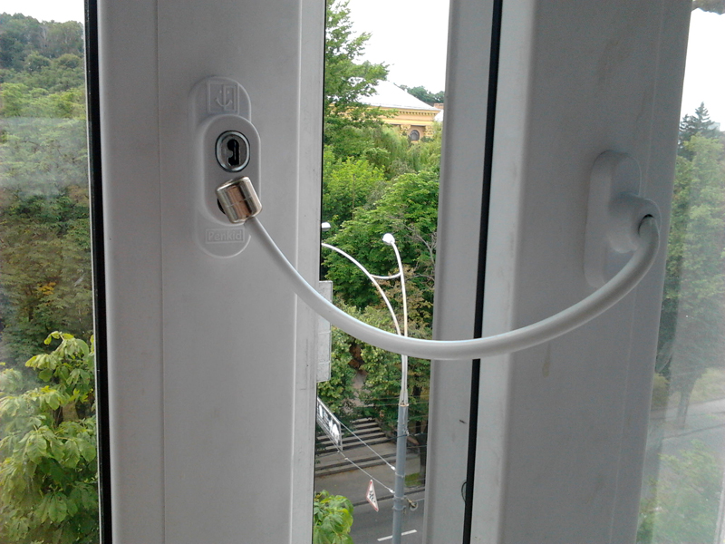 С тросиком можно приоткрывать окно на необходимое расстояние