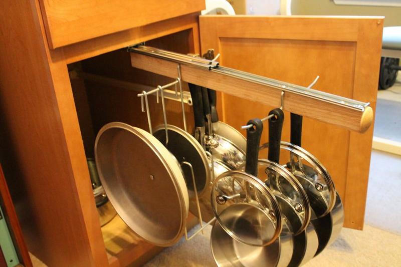 Интересное решение для хранения сковородок и крышек