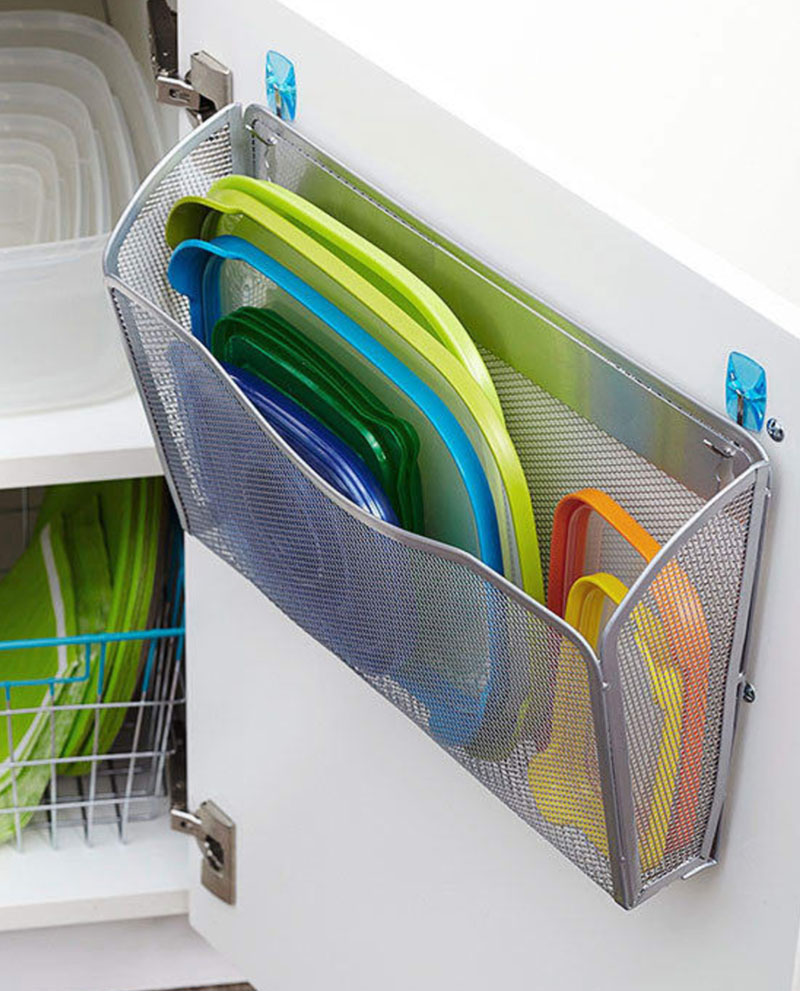 Отличное решение – органайзер для хранения крышек от пластиковых контейнеров