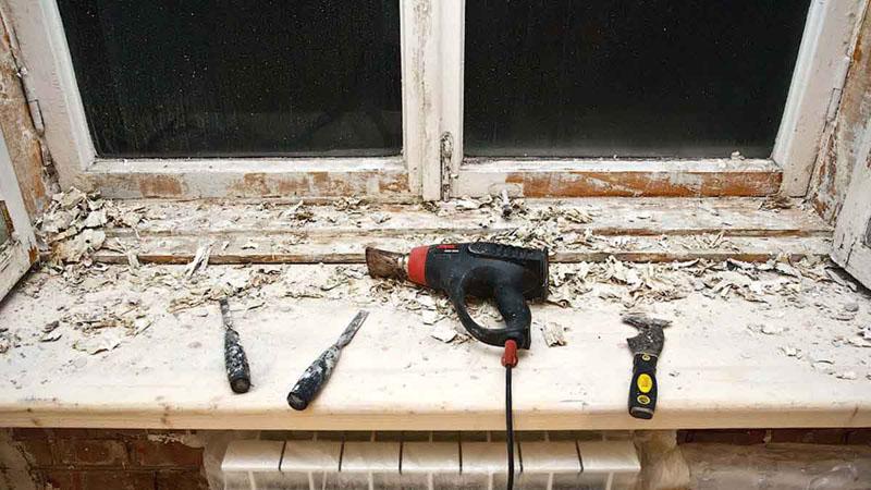 Для реставрации окон потребуется полностью снять весь слой краски, заменить штапики и установить уплотнители