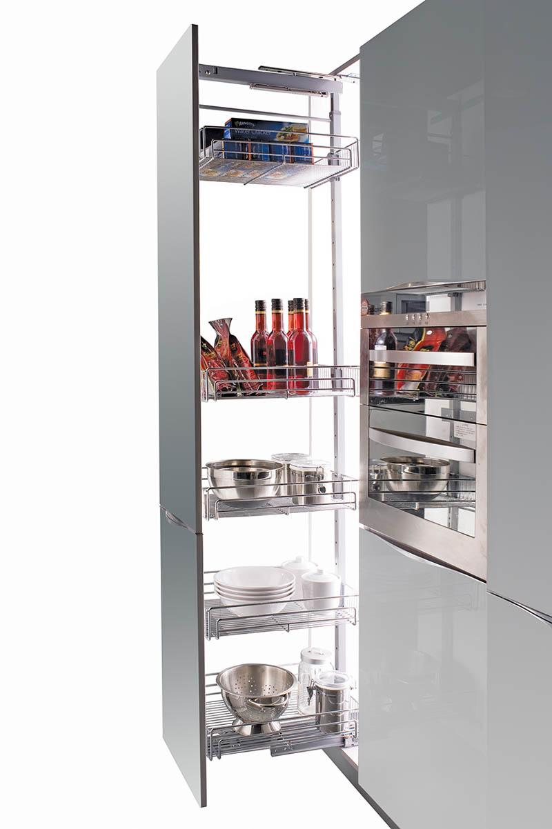 Большая бутылочница возле холодильника