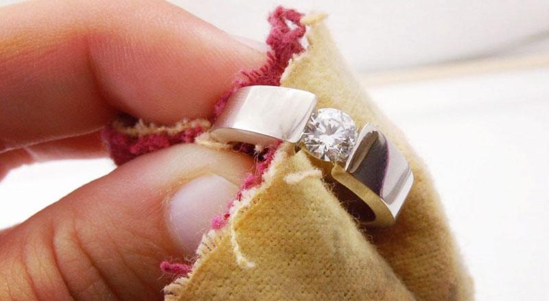 Периодическая счистка серебра поможет надолго сохранить первоначальный блеск