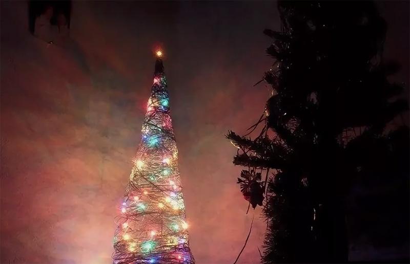 Гирлянда на батарейках будет красиво мерцать внутри ёлочки, создавая новогоднее настроение
