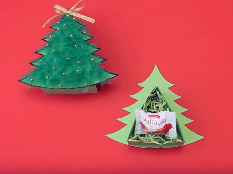 Чтобы поддержать праздничное настроение, можно внутри украшения из картонаположить сезаль и новогодний сюрприз