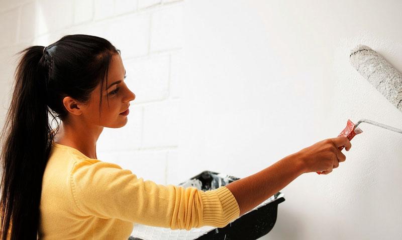 Для нанесения каменных обоев важно правильно обработать стену – очистить её от лишних слоёв