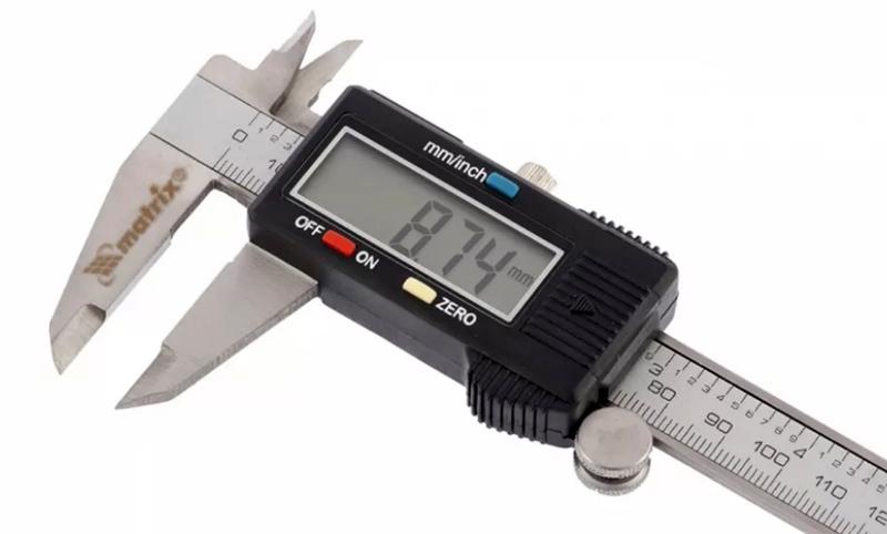 Электронный штангенциркуль используется для более точных и быстрых вычислений, к примеру, специалистами для отбраковки деталей