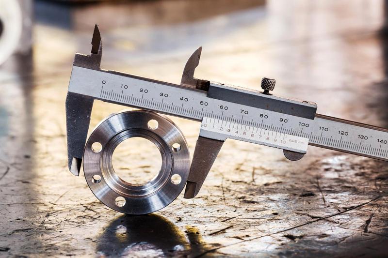 Для того, чтобы определить наружные размеры прибора используются широкие нижние дополнительные губки