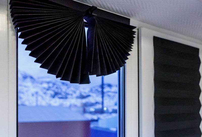 Можно закрыть веером из обоев только уголок или верхнюю часть окна