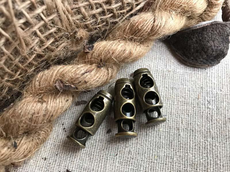 Толщина шнура и декоративный зажим зависят от плотности обоев