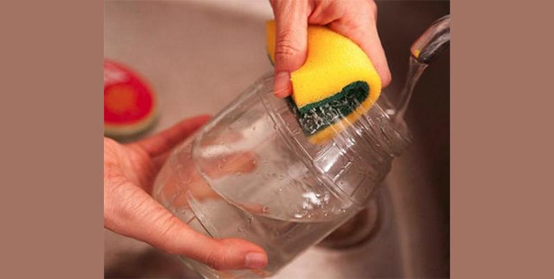 Банки нужно мыть под проточной водой, тщательно обрабатывая горлышко