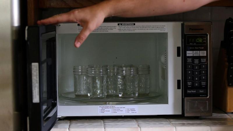 Одновременно в микроволновку можно поместить до 6-7 банок